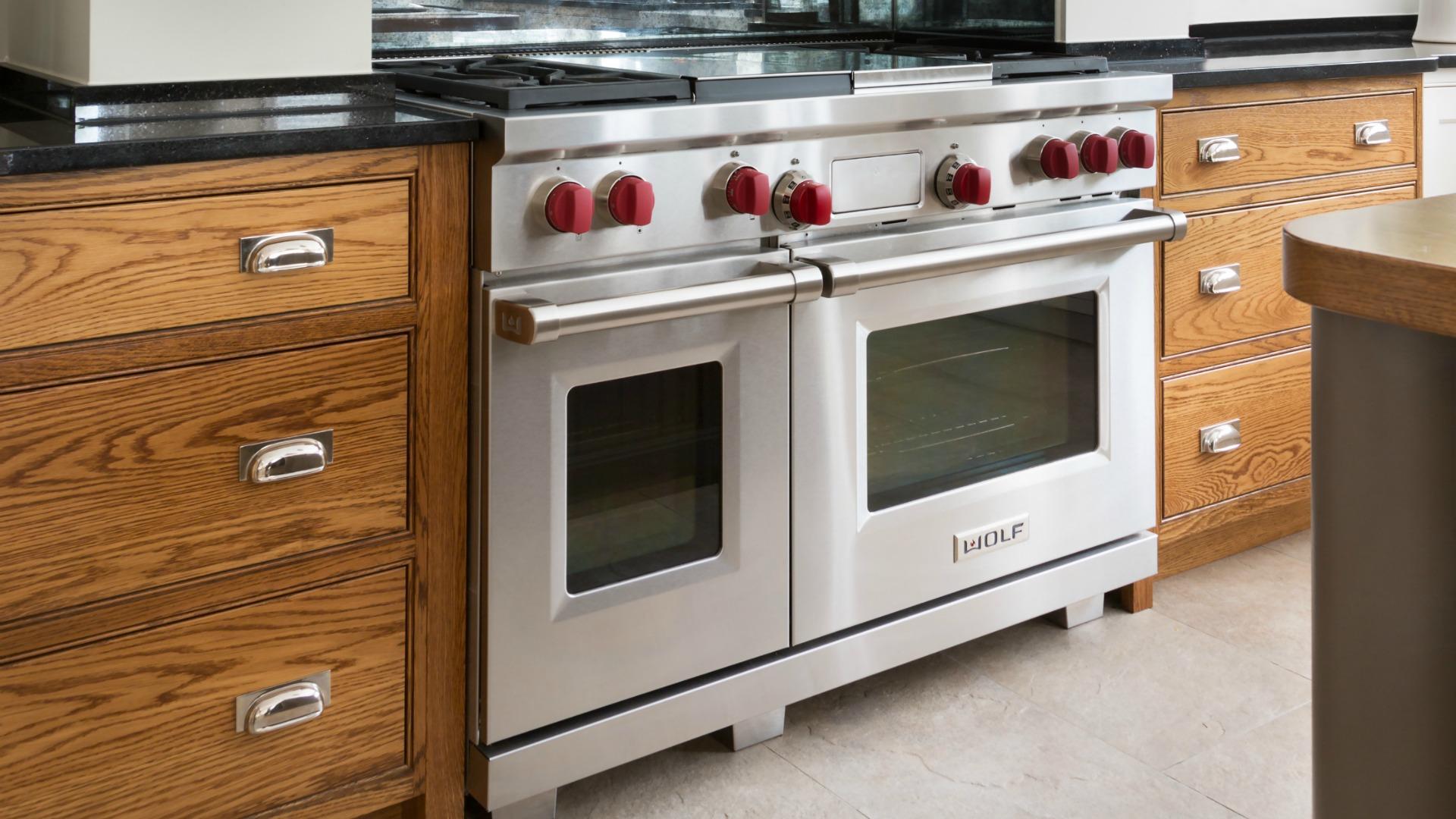 Wolf Range Cooker - Teppanyaki - Chargrill - Humphrey Munson - Beautiful Handmade Kitchens