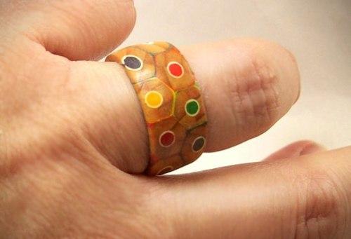 Кольцо из цветных карандашей
