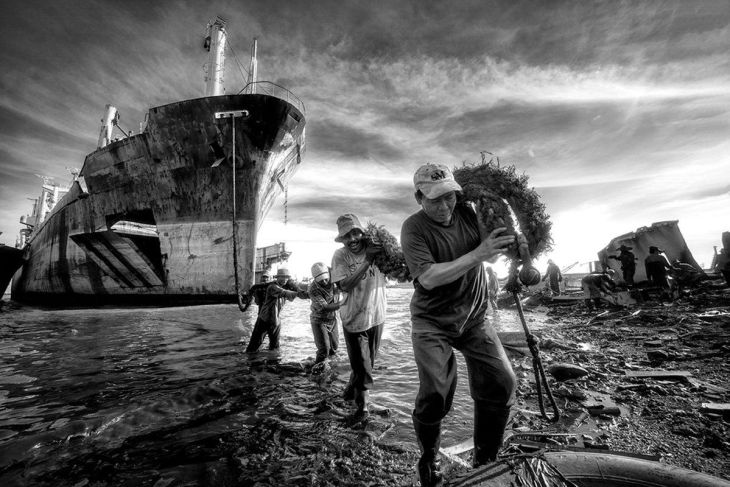 finalist-these-men-in-indonesia-work-hand-in-hand-to-put-this-ships-rope-to-the-pier-metal-ships-are-then-deconstructed-and-scraps-recycled (1)