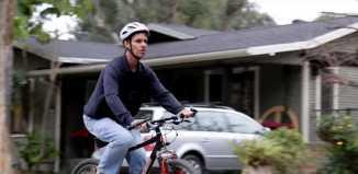hombre ciego montando en bicicleta