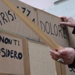 Ore 14: la maestra Margherita Marengo stacca il primo nastro adesivo per la decostruzione del muro