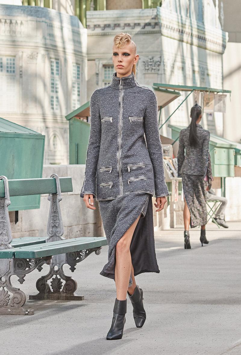 Στο κλασικό  Chanel ταγιέρ η φούστα ανοίγει στο πλάι για να αποκαλύψει μια άλλη, πιο κοντή.