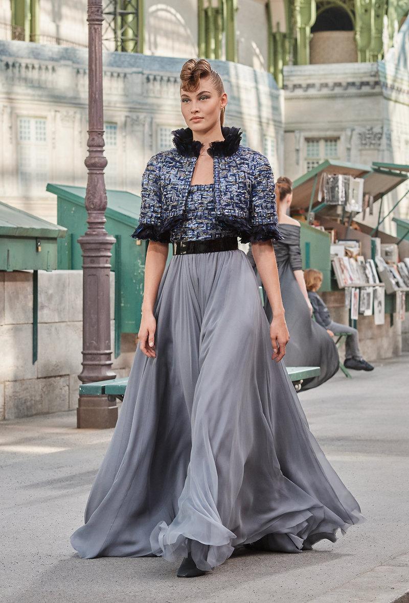 Γκρι του Παρισιού, λάμψεις, φτερά, κεντήματα σαν παβέ. Ολο το Παρίσι σε ένα ρούχο.