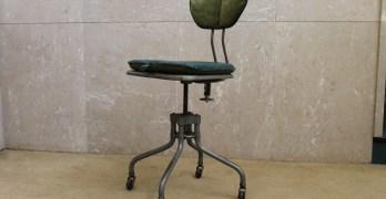 Cadeira metálica de secretária