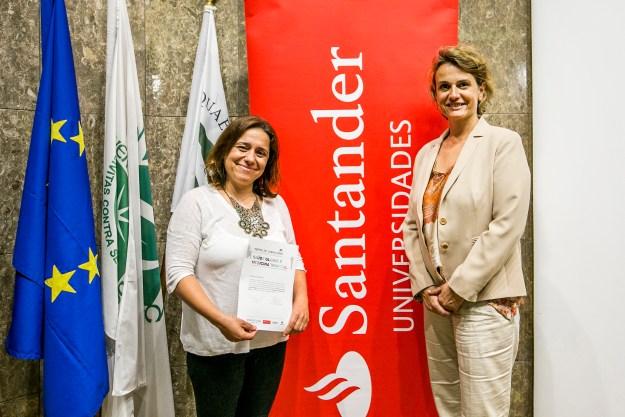 A jornalista Paula Borges recebeu a menção honrosa pela mão de Cristina Dias Neves, do Santander Universidades