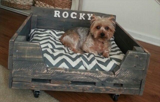 ideas creativas de camas para perros hechas con palets i love palets. Black Bedroom Furniture Sets. Home Design Ideas