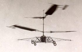 Primo volo dell'elicottero brevettato da Corradino D'Ascanio (Touring Club Italiano/Gestione Archivi Alinari, Milano )