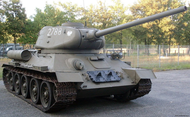 Танк Т-34-85, в отличие от более ранней версии оснfoty более мощным орудием, кроме того, значительно расширена башня