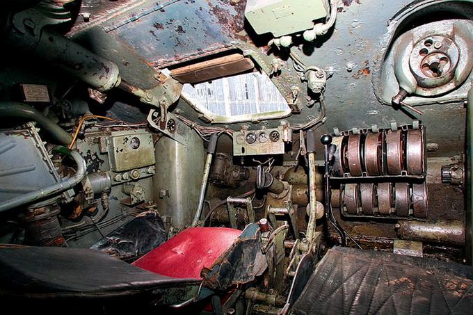 Т-34 внутри. Слева — рабочее место мехиника водителя, справа — стрелка- радиста