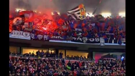 bayern münchen - FC BASEL     3.000 FC Basel-fans reisden met hun club mee naar München. Daar werden ze opgewacht door 500. Grondige fouilleeracties konden niet voorkomen dat in het uitvak alsnog fakkels werden ontbrand.
