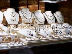 Crowds throng jewellers on Akshaya Tritiya