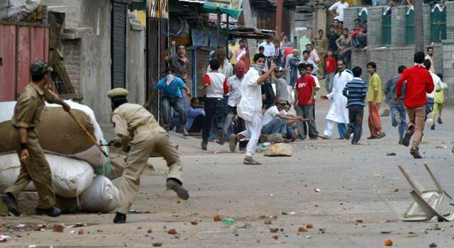 Gravi tumulti in Kashmir. Un morto e 25 feriti negli scontri tra manifestanti e forze di sicurezza