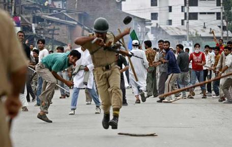 Due poliziotti uccisi a Srinagar in doppio attacco. Si teme il ravvivarsi dell'azione dei Freedom Fighters