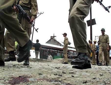 Autobomba a Srinagar, quattro morti. Il Kashmir indiano stretto nella morsa della violenza