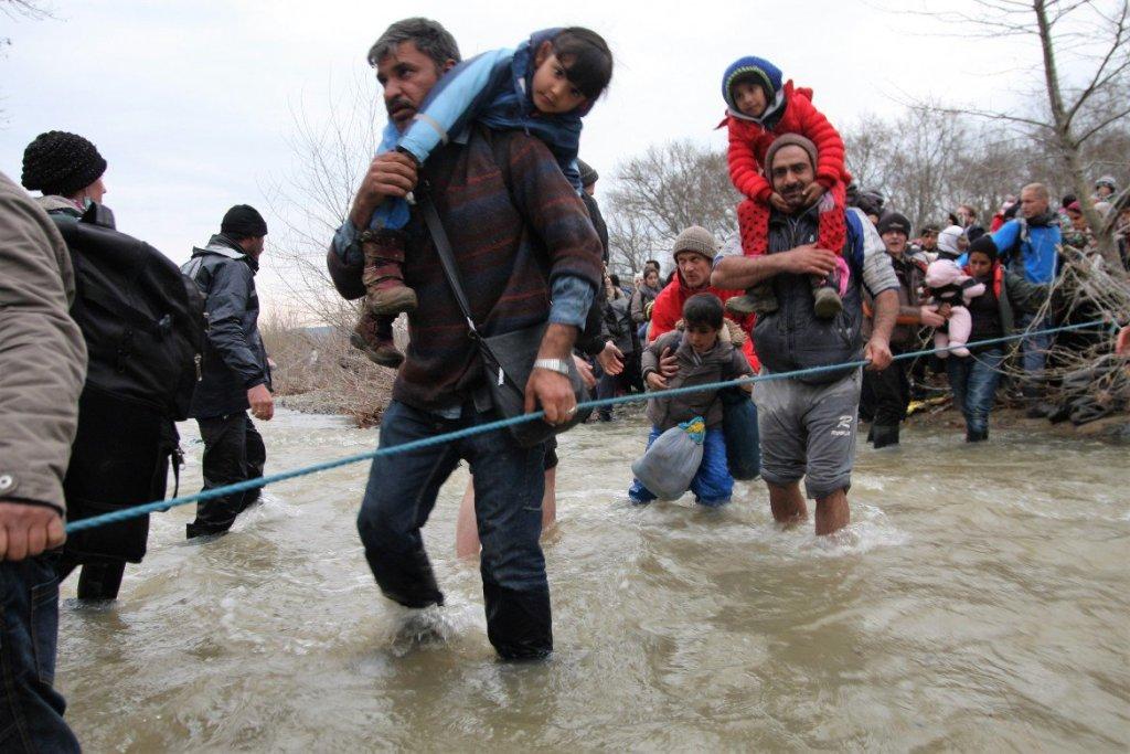 Il guado di un torrente ingrossato dalla pioggia nel tentativo di entrare in Macedonia © Emanuele Confortin