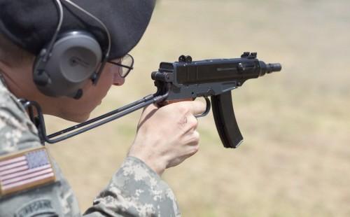 Gaya menembak dengan popor.