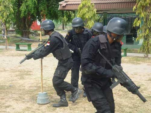 Pasukan Raider TNI AD dengan K7.