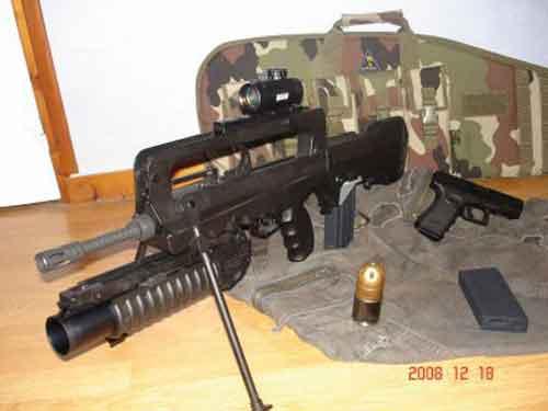 FAMAS juga bisa dipasangi pelontar granat M203.