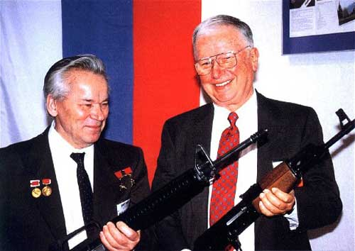 Dua perancang senjata bertemu, Mikhail Kalashnikov, perancang AK-47 (memegang M16) dan  Eugone Stoner, perancang M16 (memegang AK-47).