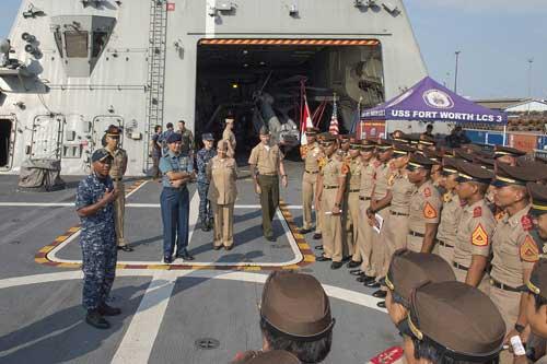 Rombongan taruna AAL saat berkunjung di USS Fort Worth