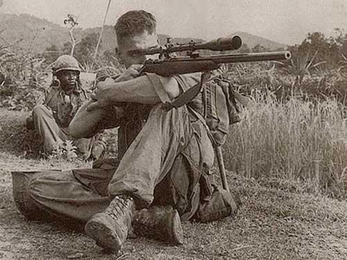 Aksi Lance Corporal Dalton Gunderson dari 3rd Marine Division dengan Winchester M-70 dalam Perang Vietnam..