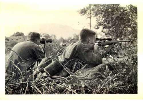Sniper Marinir AS dengan Spotter di laga Vietnam.