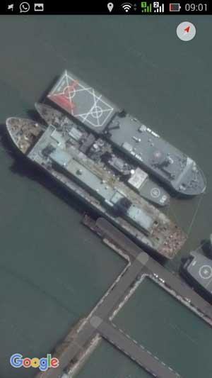 Seolah tersembunyi diantara dua kapal, nampak kapal markas legendaris KRI Multatuli 561.