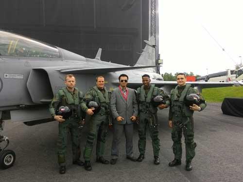 Penulis bersama empat pilot tempur dari empat negara pengguna Gripen.