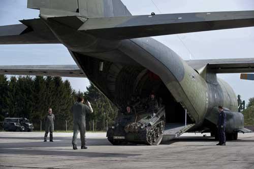 Punya dimensi ruang kargo yang mirip C-130 Hercules. Tampak di foto ranpur Wiesel di pintu rampa Transall.