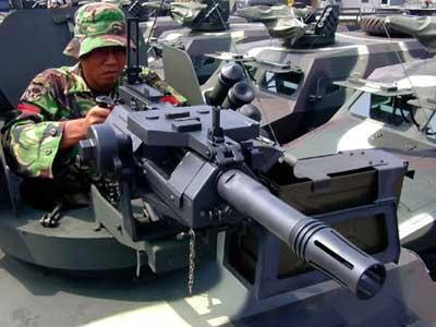 Gunner pelontar granat otomatis AGL-40 di APR-1V.