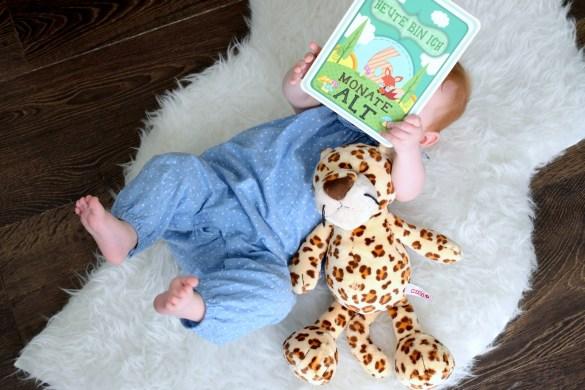 Baby 6 Monate beim Fotoshooting mit Milestone Karte.