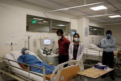 Un donante de plasma en el hospital estatal del Instituto de Ciencias del Hígado y la Bilis (ILBS), en Nueva Delhi, India, el 2 de julio de 2020 (REUTERS/Anushree Fadnavis)