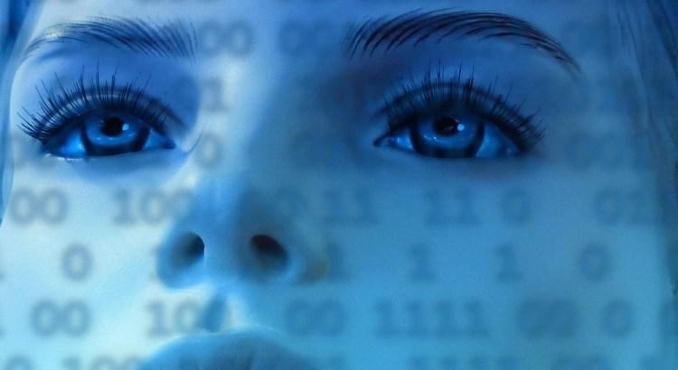 Cara de mujer con números representando Internet