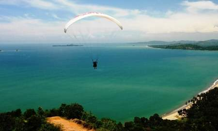 Paragliding di Puncak Langkisau, Painan (credit: wikimedia)