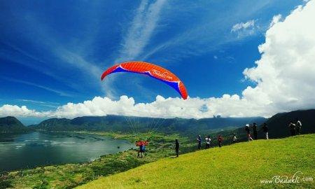 Puncak Lawang berada di Kabupaten Agam. Salah satu lokasi wisata favorit bagi wisatawan yang berkunjung ke Sumatera Barat, karena Puncak Lawang tak terpisahkan dari Danau Maninjau.