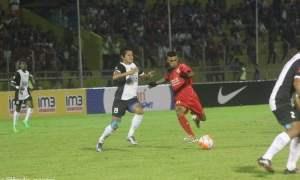 Pemain Semen Padang, Mofu melepaskan tendangan keras dari luar kotak pinalti