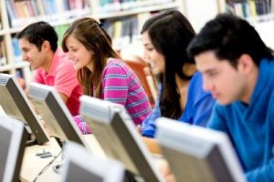 14231724-grupo-de-jovenes-que-estudian-en-la-biblioteca-el-uso-de-computadoras