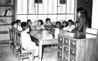 César conduciendo la Hora del Cuento, una actividad para niños, en la entonces recién inaugurada sala de lectura de la Biblioteca Municipal de Chupaca.  (1972)