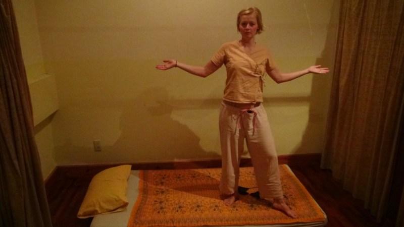 Klar til massage i det fine tøj som blev udleveret