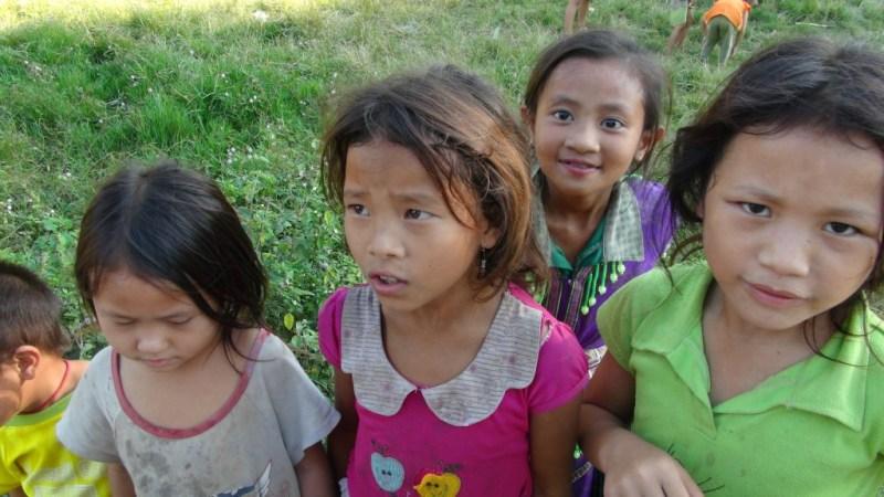 Søde lokale børn, som vi mødte på vores vej.