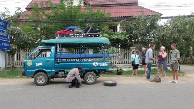 Vores lynhurtige chauffør i fuld gang med at skifte dæk.