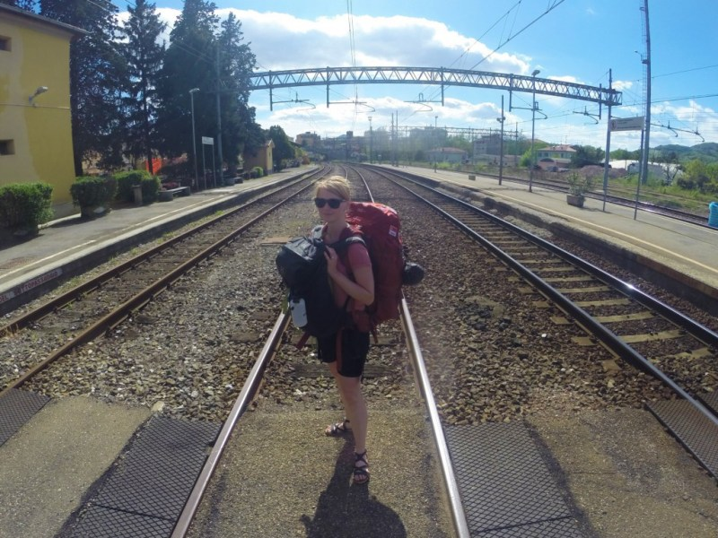 Her står jeg med hele oppakningen på Fornovo banegård i Italien