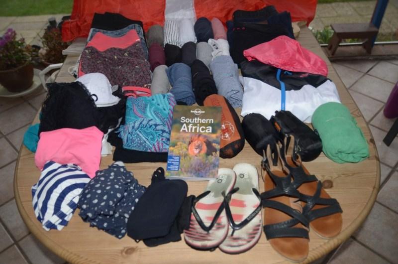Her er alt det tøj og sko jeg har med (dog mangler mine vandresko på billedet)