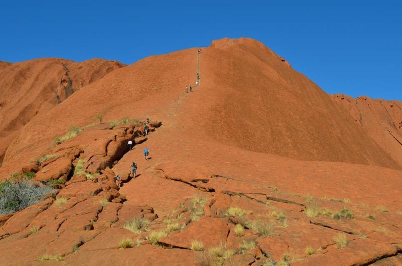 Folk på vej op ad Uluru!