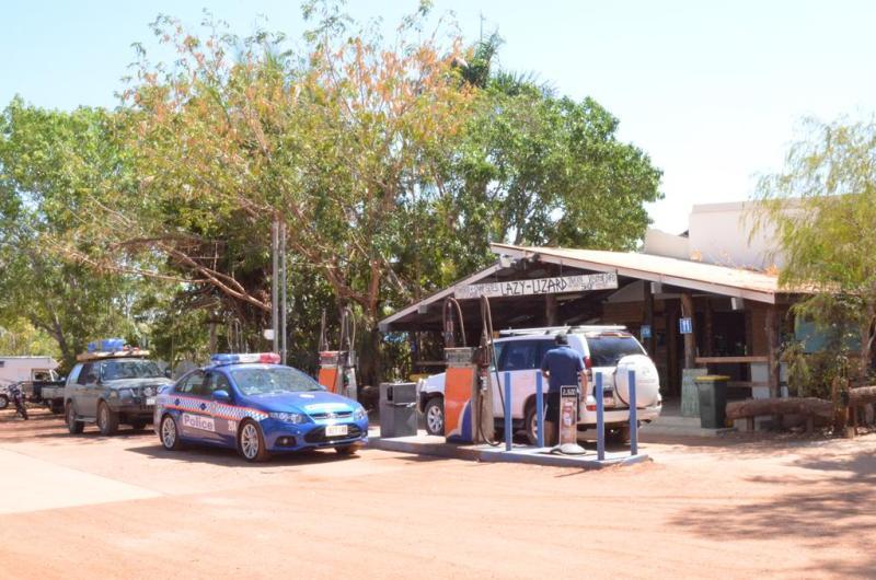 Lokal tankstation og butik ved Pine Creek - 32 km fra Emerald