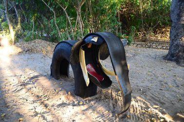 En elefant lavet af gamle lastbil dæk, som står på lodgen's legeplads