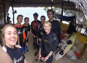 Dykning fra Arti Lodge.  Fra venstre ses Vivienne, Erik, Catharina, 2 tyske drenge som havde nogle meget specielle navne som vi ikke husker, Kevin og mig