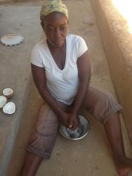 Nathalia presser kokosnødder med de bare næver