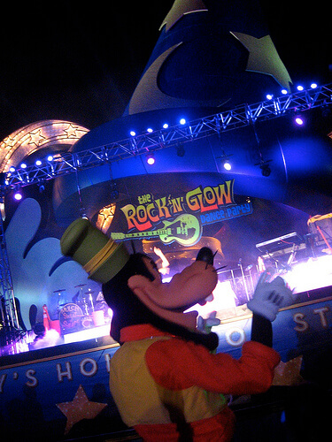 Goofy at the Rock n Glow dance party
