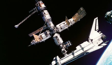 atlantis_docked_to_mir_-_gpn-2000-001315